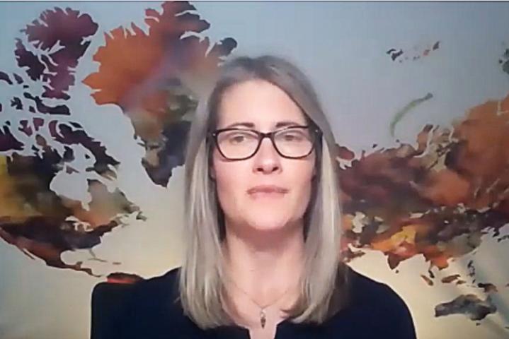 Captura de pantalla de una mujer dando una conferencia